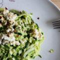 Zucchini-Spaghetti mit Pistazien, Kräutern und Ricotta