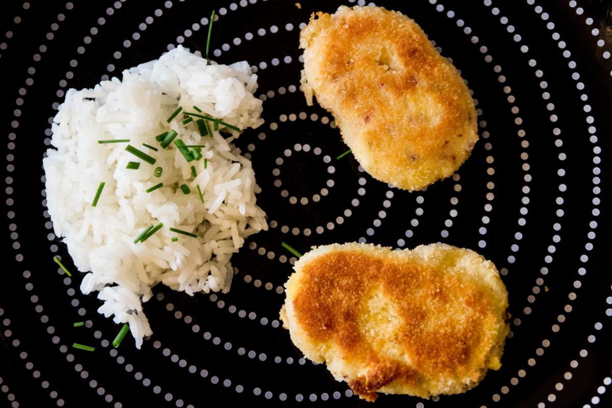 Die Schafkäse Zwiebel Laibchen mit Reis