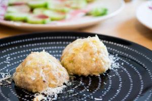 Ziegenkäseknödel mit Butter und Parmesan