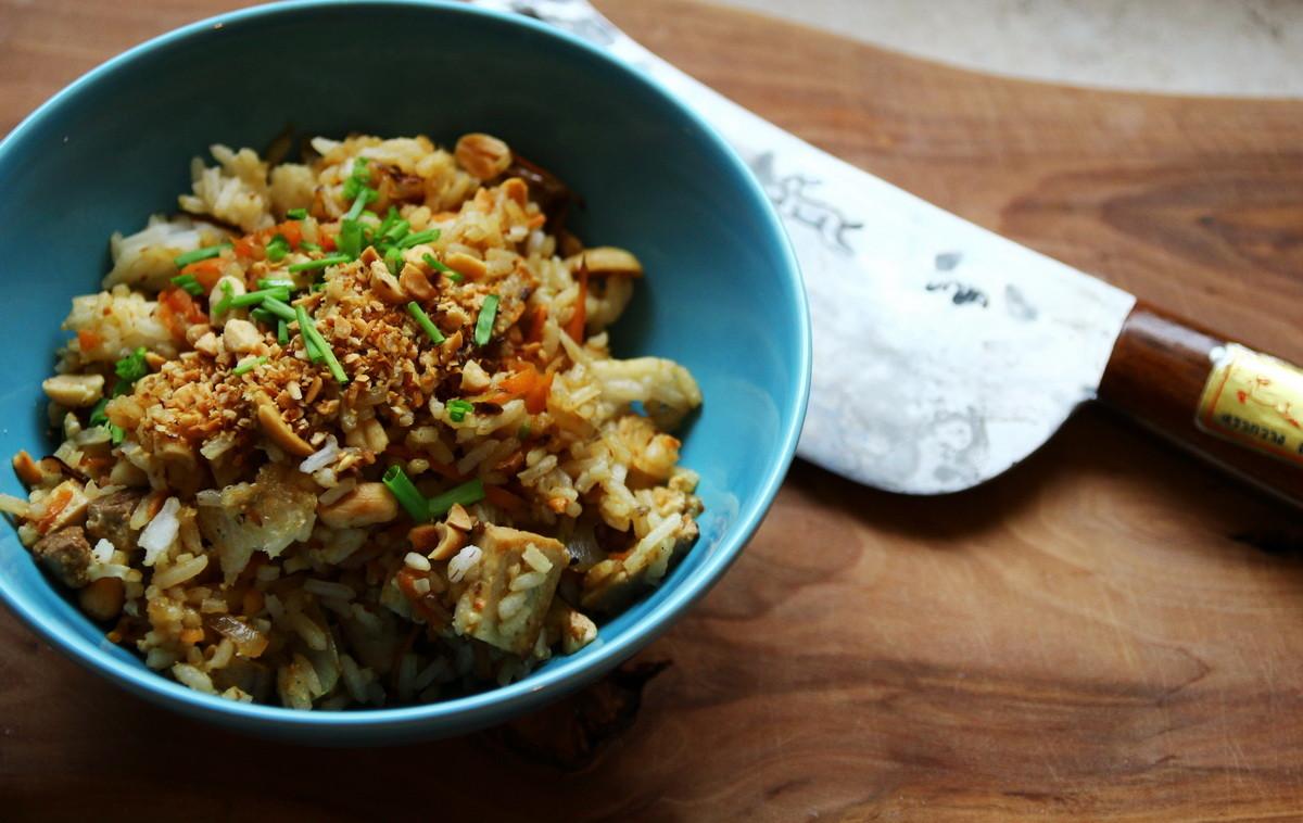Gebratener Reis mit Tofu und Erdnüssen, aloi.at