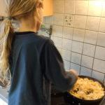 Nino beim Kochen