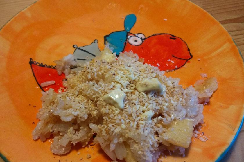 Der Süße Zitronen-Apfel Reis auf Yanni's selbstbemalten Teller