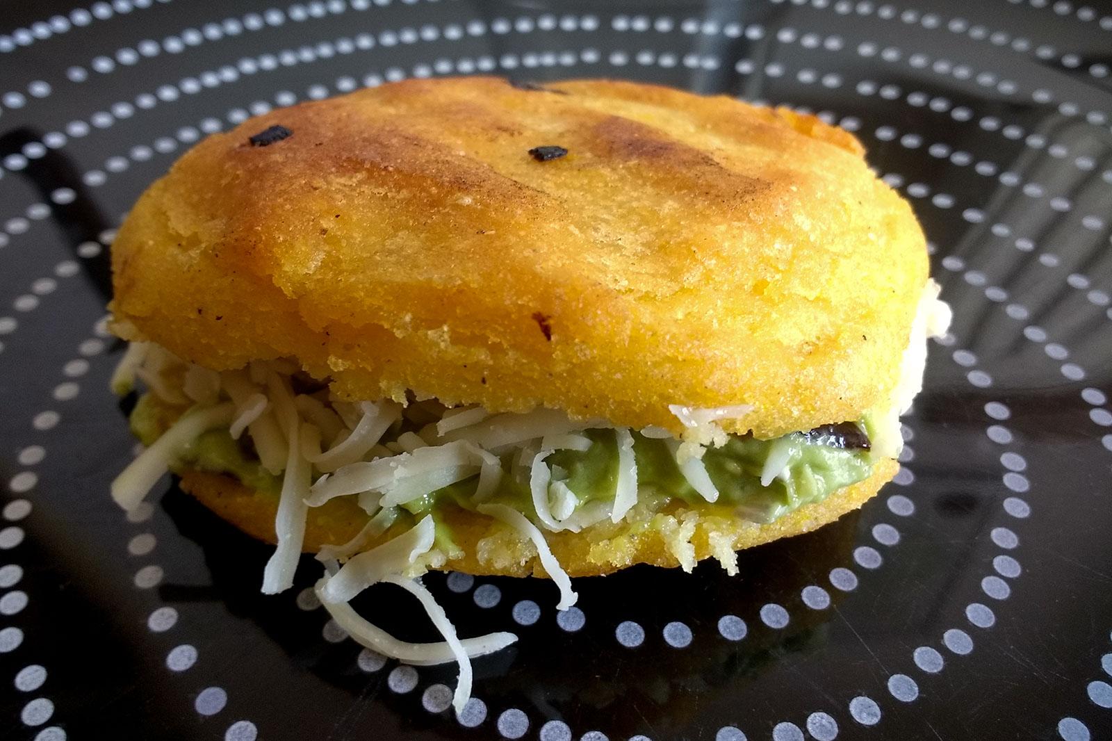 Arepas mit Guacamole und Käse