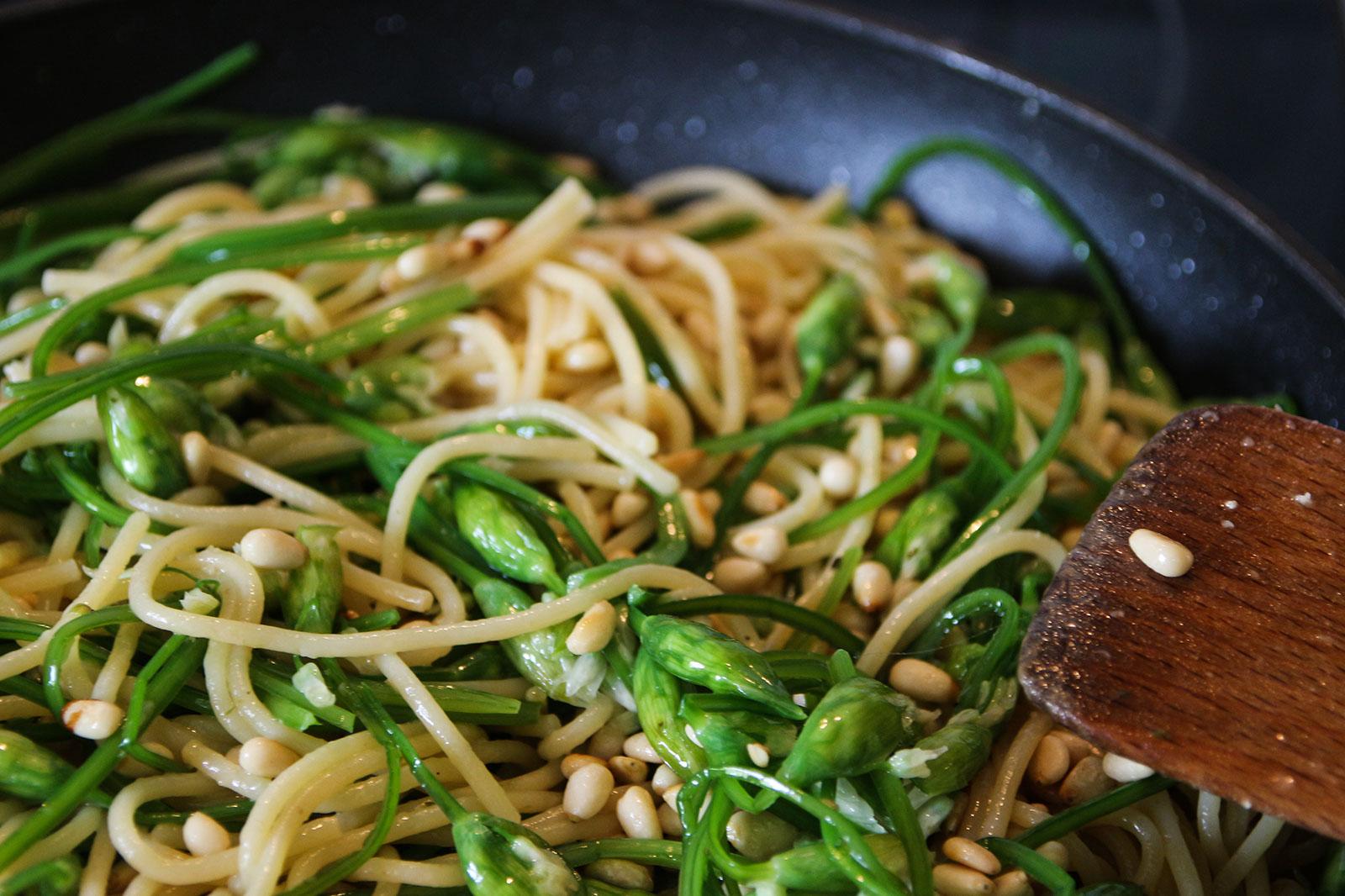 Bälauchknospen Spaghetti frisch in der Pfanne