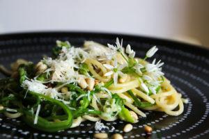 Bärlauchknospen Spaghetti mit Pinienkernen