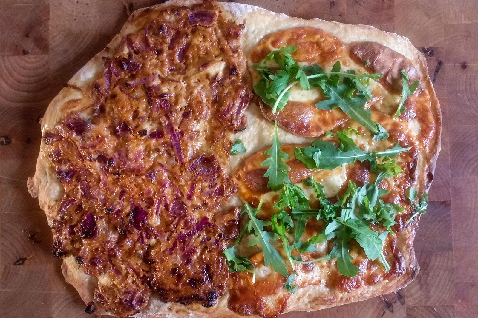 Flammkuchen Duett - links die Zwiebel-Barbeque Sauce Variante und rechts mit Scamorza affumicaata und Ruccola