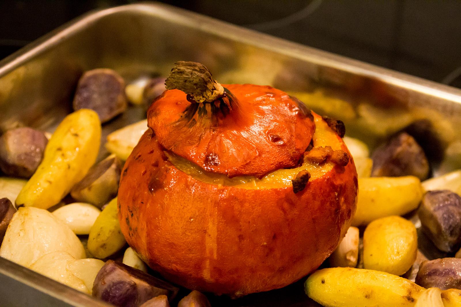 Der gefüllte Kürbis mit Ofenkartoffeln, Zwiebel und Knoblauch