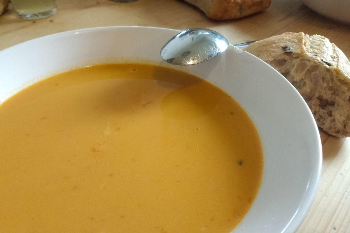 Knoblauchsuppe mit Paprika, Zwiebel und Kartoffel