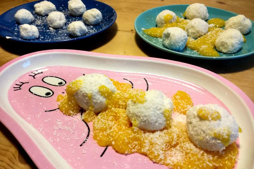 Kokos-Topfen Bällchen auf Mangopüree