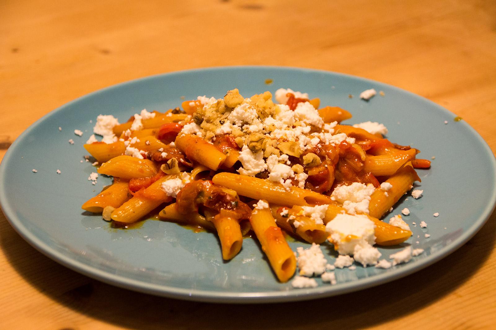 Paprika-Pasta mit Feta und Walnüssen
