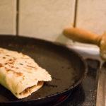 Die gefüllte Quesadilla beim Herausbraten