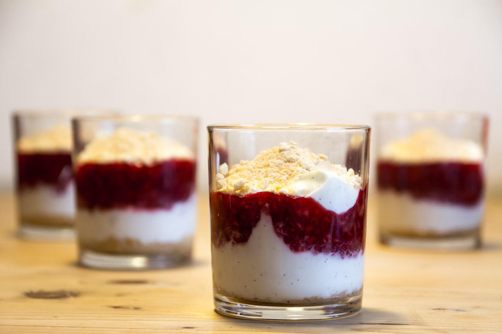 Nino's Schichten-Dessert mit Himbeeren, Joghurt und den knusprigen Biskottenbröseln