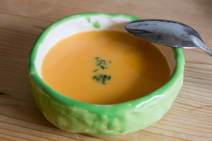Die Süßkartoffel-Kokos-Suppe im selbstgetöpfertten Schüsserl