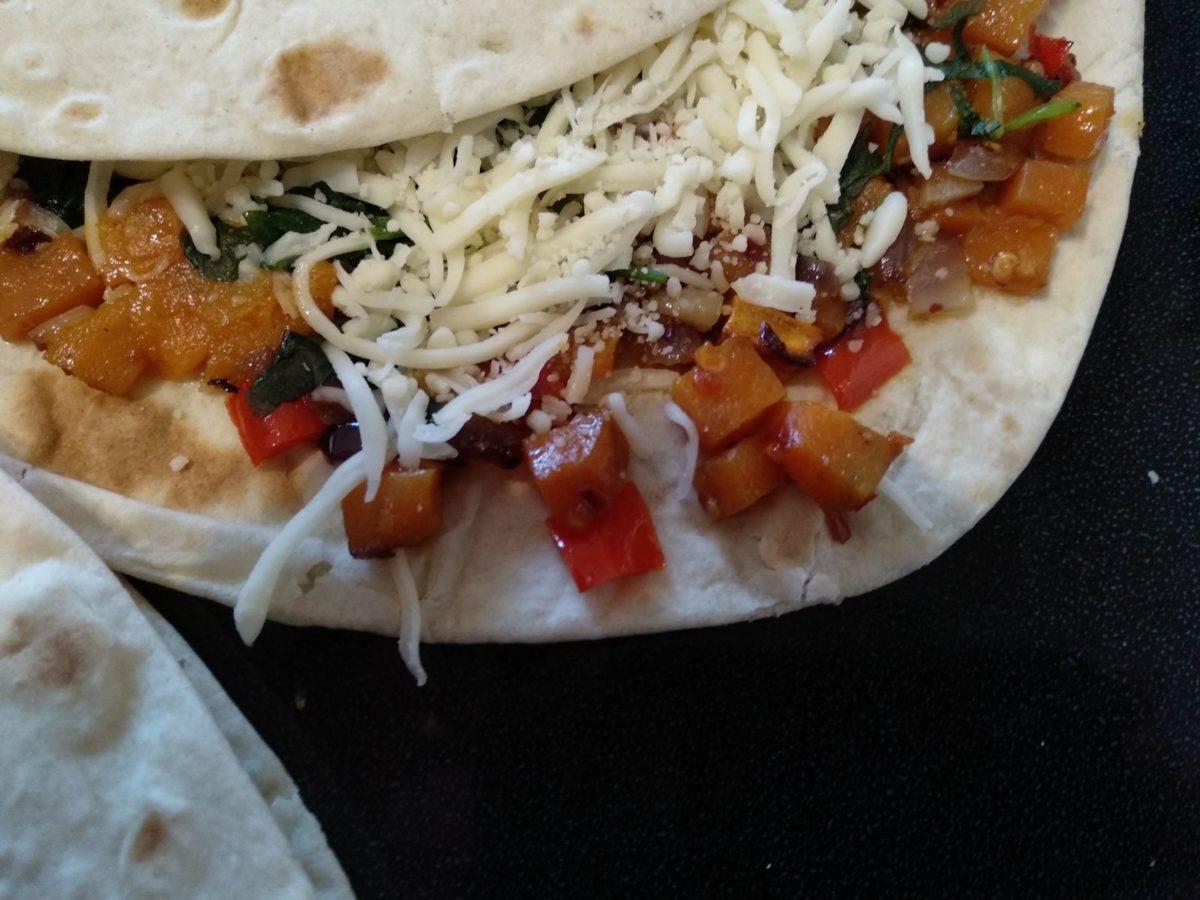 Die gefüllten Süßkartoffel-Paprika-Quesadillas - bereit für die Pfanne